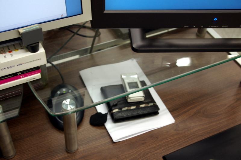 유리로 된 모니터 받침대를 설치한 모습
